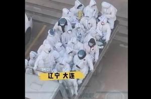 20多名上门核酸检测的医护挤在货车上,怎么回事?