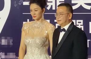 44岁李小冉现身华鼎奖,皮肤紧致身材好,和男伴牵手似两代人?