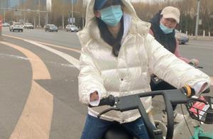 黄圣依骑平价共享单车,被冻到耳朵通红,素颜现身博物馆难掩贵气