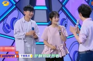 张杰站在谢娜面前扮可爱,镜头转到谢娜的表情,顿时变成小迷妹!