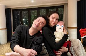 张馨月半夜晒一家三口合照过圣诞,她与林峯秀恩爱,小宝贝好可爱