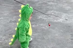 """儿子不想走路,宝爸亮出""""杀手锏"""",网友:百米耗油仅需一颗草莓"""