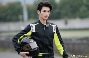 新综艺赛车特辑来袭,罗云熙手持头盔登场,三重挑战看点足