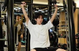 王俊凯举铁健身引争议,细胳膊细腿,摆拍痕迹太明显