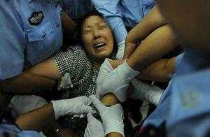4岁女童被亲爹打进ICU,哭得撕心裂肺,不敢认亲妈:我怕她害死我
