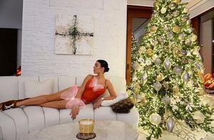 乔治娜在沙发上秀美腿,家里圣诞树太美了!C罗抱娃笑开花