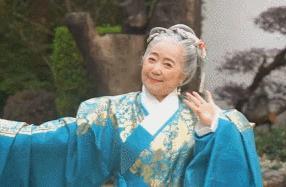 仙女下凡!76岁神仙奶奶穿汉服惊艳众人,惊鸿一瞥,误入眉眼,欢喜多年