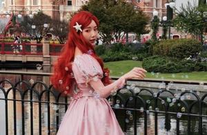 没有毛晓彤的童颜不要尝试这么猛的cos,闪亮眼妆配红发,绝美