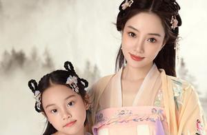 贾乃亮和李小璐陪伴女儿甜馨过生日,一起拍照,场面温馨