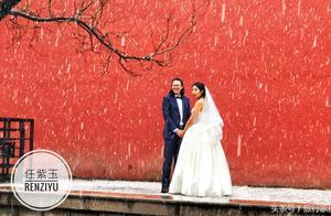 北京终于下雪 这对儿情侣在故宫红墙拍下超美婚纱照