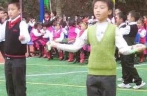 王俊凯小时候罕见照曝光,穿绿色马甲跳绳,手指转书满脸童真!