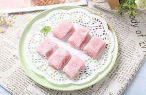 【草莓麻薯】外观颜色粉嫩,口感软糯,是一道老少皆宜的美食。