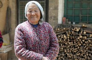 82岁老母独居在家 儿子安装摄像头每天视频