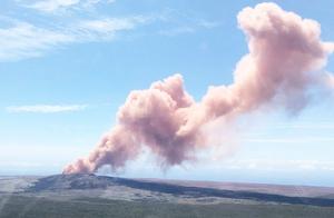 """夏威夷""""女神""""火山爆发 粉红色火山灰喷涌而出"""