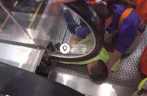 「辽宁男童手指被卡万达电梯」消防掰开电梯面板营救