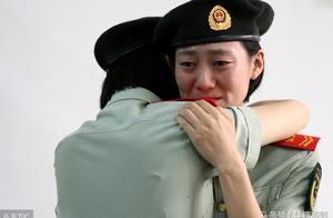 女军官退伍,一句发自内心的话,让姐妹们相拥痛哭
