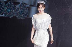 唐嫣身穿一袭白色礼服长裙 高贵优雅 一颦一笑间尽显仙女本色