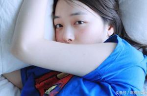 雪莉凌晨开躺播,直播梨花带泪舔手指,网友:应该是疯了!