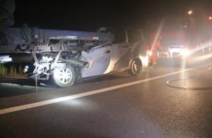 梧柳高速深夜一辆面包车追尾重型半挂车 面包车司机不幸身亡