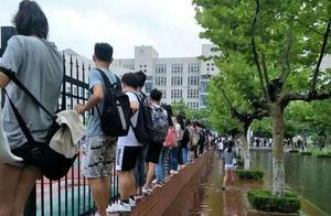 暴雨后高校成海,学生上课成悲剧!