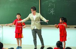 《同一堂课》迎新老师 刘谦用魔术方式讲古文