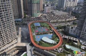 """""""网红""""城市重庆又现魔幻配置 运动场全搬到屋顶上"""