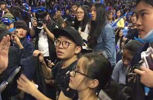 杨迪为参加张杰演唱会费尽心机,无奈刚开场就被保安带走,心酸呀!