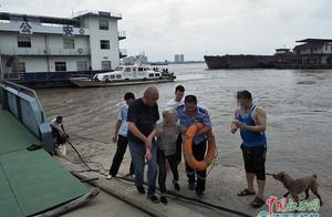 九江一87岁老人欲投江轻生 民警跳入水中将其救起