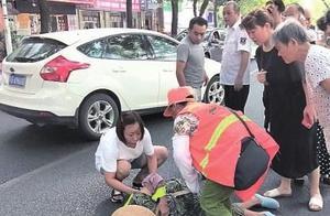 一环卫工人被车撞倒在地 后面发生的很暖心