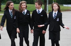 杭州小学1万块校服很惊人!英国穿2万块定制,日本全套Armani……