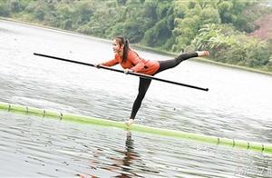 侠女水上漂:北碚一妹子脚踏一根竹竿,便能漂行水上如履平地