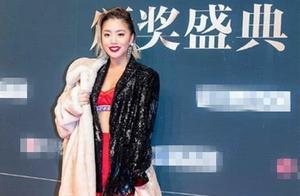 王菊这件西装长度刚好到腰,这设计,就是为了女生秀身材着想的!