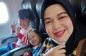 心碎|印尼失事波音飞机,母亲与两幼子留下最后照片,生死未卜