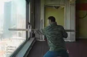 网红用木棍猛砸41层落地窗玻璃检测质量惹众怒 物业对此事作出回应