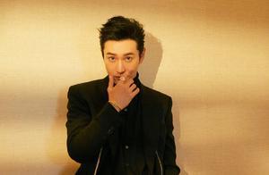 43岁黄晓明成功摆脱中年油腻,一身黑造型清爽干练,型男范十足