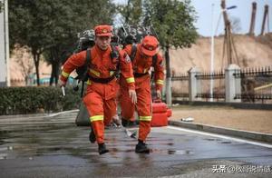 一位消防员乐呵呵地吃着泡面,听到警铃后他做出的反应让人心酸