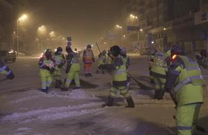暴雪突发!黑龙江哈尔滨环卫工人24小时对城市道路进行清扫
