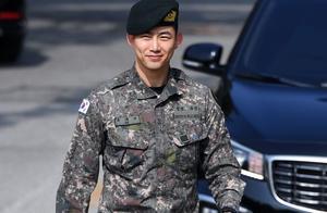 韩国2PM组合成员玉泽演退伍,好兄弟黄灿盛现身迎接