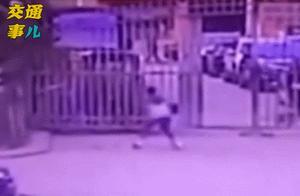 10岁男孩往井盖扔鞭炮被炸身亡,安全教育不容忽视