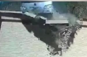 【法治热点早知道】险!一载30人大巴车从天而降坠入农家院