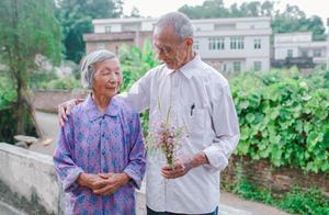 """结婚55周年仍喊老伴""""宝宝"""":和他们相比,年轻人的爱情真廉价"""