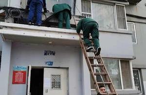 老人坠楼掉到二楼雨搭,辽宁急救医生爬梯子救人