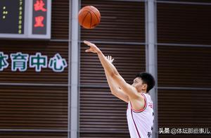 胡明轩生涯新高32分,CBA用9个字称赞,广东打趣库里体验卡