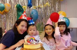 蔡少芬张晋庆儿子满一岁,乐儿被妈妈姐姐轮番亲,表情超抢镜