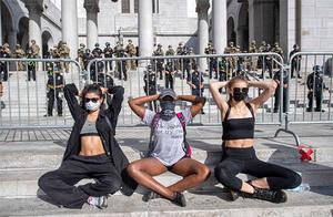 """美国""""花式""""抗议:民众路边练瑜伽 牛仔骑马上街"""