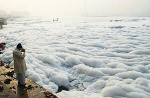 这条河流一眼望去全是白色,几乎没有活物,人们却拿来饮水做饭