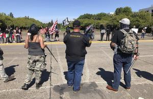 美国本土抗议超100天,特朗普支持者横插一脚,抓住示威者一顿胖揍