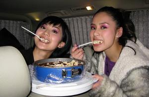 钟欣潼生日,蔡卓妍卡零点晒照为其庆生,照片中两人十分青涩可爱