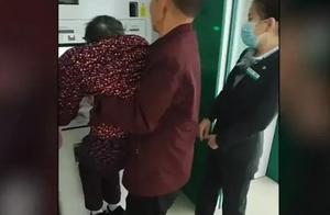 90岁老人被家人抬起,只为面部识别,其他孤寡老人咋办?