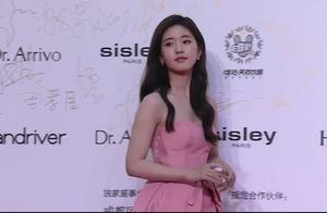 赵露思大胆尝试抹胸裙,穿粉色更显娇俏,但下半身是认真的吗?